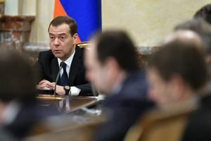 Медведев запретил чиновникам арендовать мощные автомобили