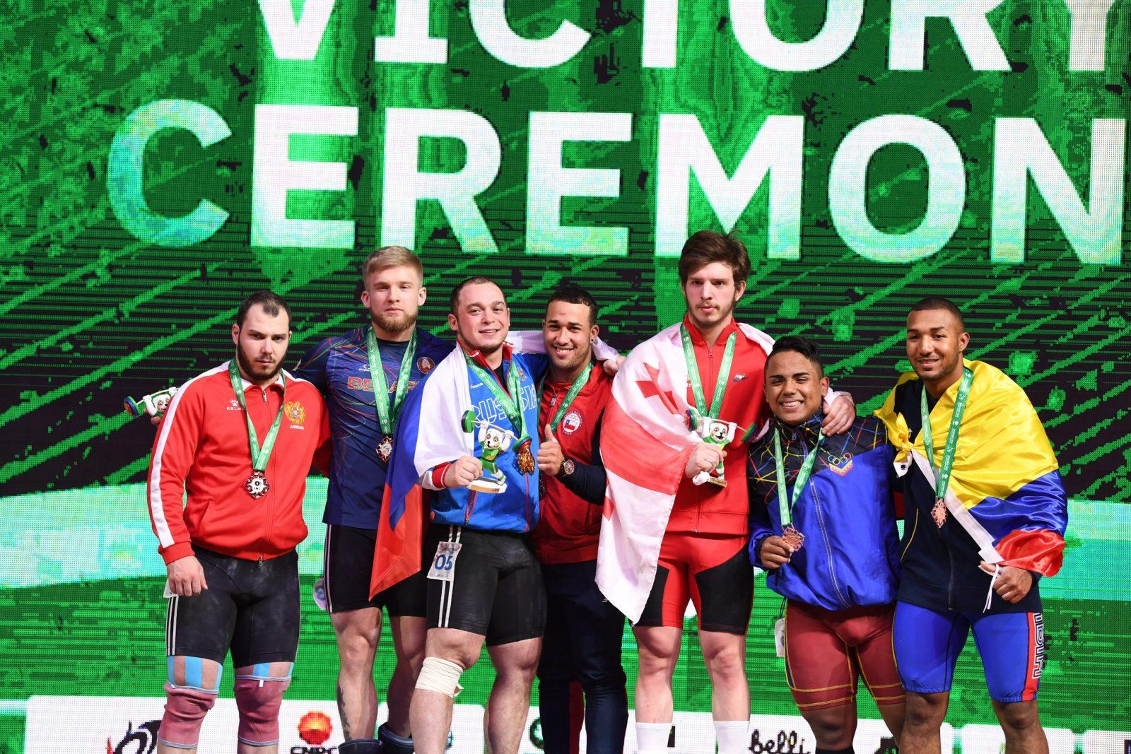 Артем Окулов принес первую золотую медаль сборной России на чемпионате мира по тяжелой атлетике в Ашхабаде