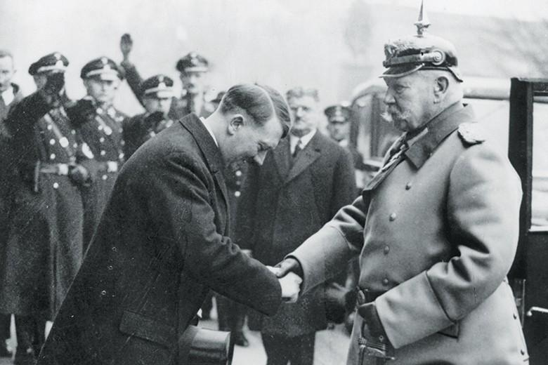 Пауль фон Гинденбург поздравляет Гитлера