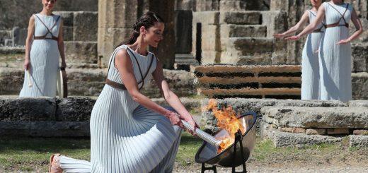 Эстафета олимпийского огня Игр-2020 остановлена из-за коронавируса